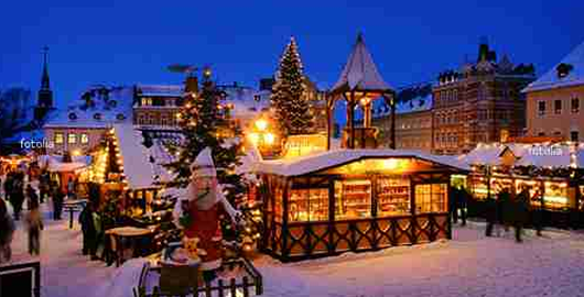 Weihnachtsmarkt in der Dämmerung